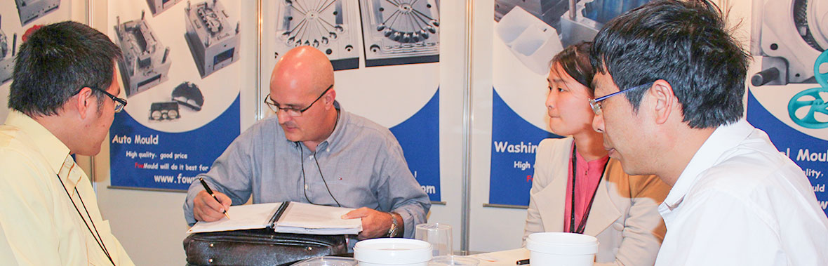 client discussing with fow mould at trade fair
